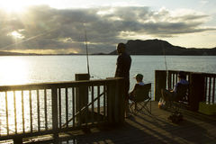Pescadores en un embarcadero Fotografía de archivo libre de regalías
