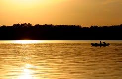 Pescadores en un lago. Imágenes de archivo libres de regalías