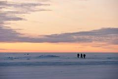 Pescadores en un lago congelado Imagenes de archivo
