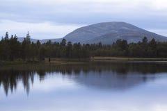Pescadores en un lago sueco de la montaña Imágenes de archivo libres de regalías