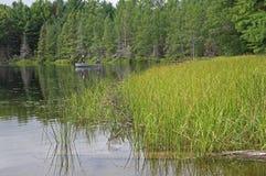 Pescadores en un lago wilderness Imagen de archivo libre de regalías