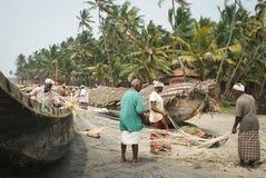 Pescadores en una playa imagen de archivo