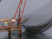 Pescadores indios que acarrean en la captura Fotos de archivo libres de regalías
