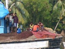 Pescadores indios que tienden redes Foto de archivo libre de regalías