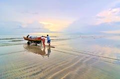 Pescadores listos para ir al mar en la mañana. foto de archivo libre de regalías