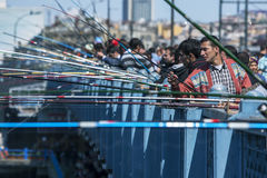 Pescadores na ponte de Galata em Eminonu em Istambul em Turquia Imagens de Stock Royalty Free