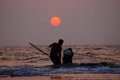 Pescadores na praia Imagens de Stock