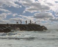 Pescadores no cais da rocha imagens de stock royalty free