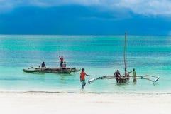 Pescadores no console de Zanzibar fotos de stock royalty free