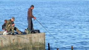 Pescadores no fim do verão do mar 4K acima de cru processados filme