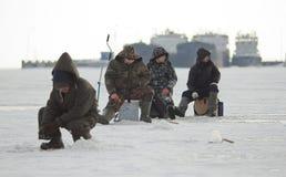 Pescadores no gelo no inverno Imagens de Stock