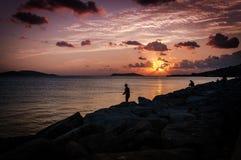 Pescadores no por do sol imagem de stock