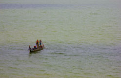 Pescadores no trabalho em um barco Imagens de Stock Royalty Free