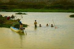 Pescadores novos as crianças que pescam no rio foto de stock
