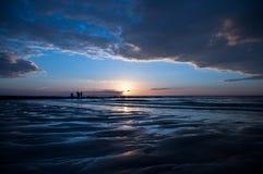 Pescadores pelo por do sol do mar Fotos de Stock