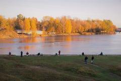 Pescadores por la mañana del rivercoast en octubre Imágenes de archivo libres de regalías