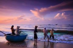 Pescadores que arrastran redes en la salida del sol imagen de archivo libre de regalías