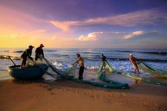 Pescadores que arrastran redes en la salida del sol Fotos de archivo libres de regalías