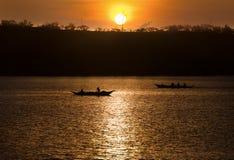 Pescadores que cazan en la salida del sol - Donsol Filipinas Imágenes de archivo libres de regalías