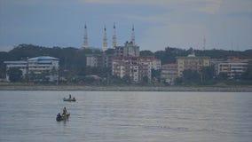 Pescadores que colocam redes dos peixes na água, porto de Conakry video estoque