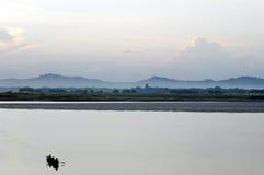 Pescadores que cruzam o lago Inle em Burma Fotografia de Stock Royalty Free