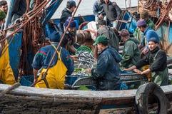 Pescadores que descarregam a captura Foto de Stock Royalty Free