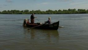 Pescadores que lanzan la red de pesca en el delta de Danubio almacen de metraje de vídeo
