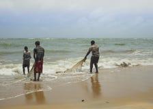 Pescadores que limpian redes Imagenes de archivo