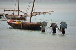 Pescadores que llevan las redes, Zanzíbar fotografía de archivo