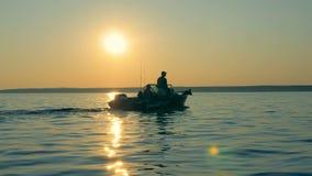 Pescadores que montam em um barco, fim acima video estoque