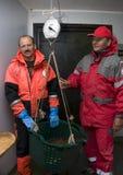 Pescadores que pesan el retén Fotografía de archivo