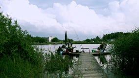 Pescadores que pescam no rio no timelapse do verão Pesca do verão no banco de rio vídeos de arquivo