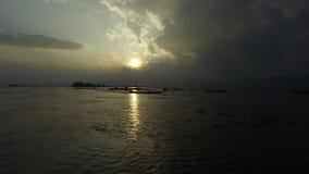 Pescadores que pescan en el lago Inle metrajes