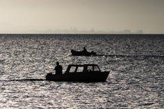 Pescadores que pescan en una madrugada del lago Imágenes de archivo libres de regalías