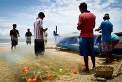 Pescadores que preparam redes Imagens de Stock Royalty Free