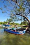 Pescadores que preparam seu barco na vila dos pescadores de Penang Fotos de Stock