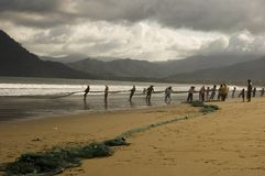 Pescadores que rebocam redes Foto de Stock Royalty Free