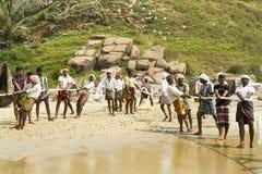 Pescadores que tiran de una red de pesca del Mar Arábigo Fotos de archivo libres de regalías