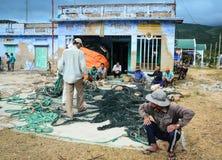 Pescadores que trabajan en la ciudad de Ranh de la leva, Khanh Hoa, Vietnam Imágenes de archivo libres de regalías