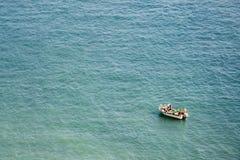 Pescadores que trabalham em um barco no mar Mediterrâneo fotografia de stock