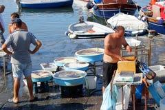 Pescadores que venden pescados frescos en Mergellina Fotos de archivo libres de regalías