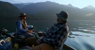 Pescadores que viajan en el barco 4k metrajes