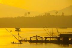 Pescadores que viven en el río. Fotos de archivo