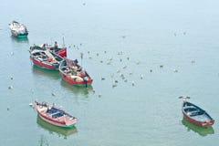 Pescadores tradicionales en el trabajo, Marruecos, pescando de los pequeños barcos de madera Imágenes de archivo libres de regalías