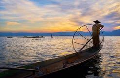 Pescadores um equipados com pernas do lago Inle, Myanmar Fotografia de Stock