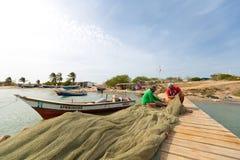 Pescadores venezuelanos que trabalham no cais de madeira em Isla Margarita Fotos de Stock Royalty Free