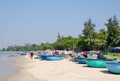 Pescadores vietnamitas después de pescar Foto de archivo