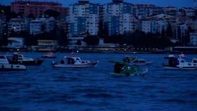 Pescadores y barcos en el mar almacen de metraje de vídeo