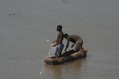 Pescadores zambianos en un barco Imágenes de archivo libres de regalías
