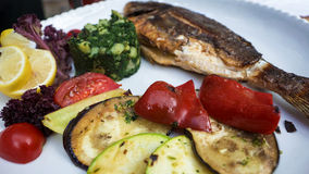 Pescados asados a la parrilla con las diversas verduras Imagen de archivo